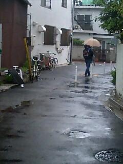 雨合羽の男の子とお父さん